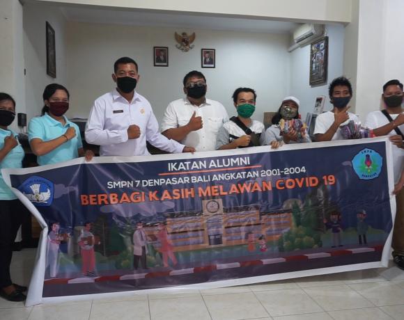 Alumni SMPN 7 Denpasar TA 2002-2004 Bagikan Ribuan Masker ke Masyarakat