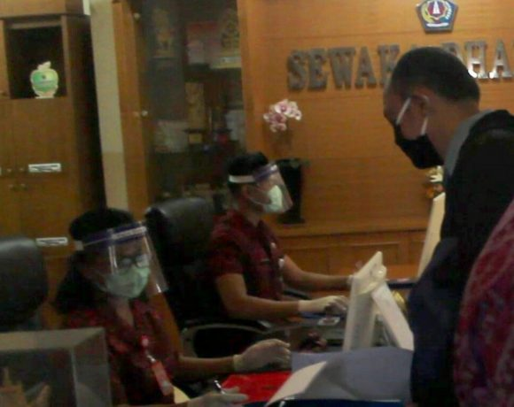 Menuju New Normal Life, Staf Pelayanan Kantor Desa Kelurahan Gunakan Face Shield