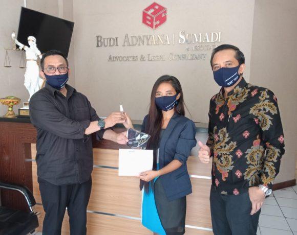Perhimpunan Advokat Indonesia (PERADI) DPC Denpasar menyalurkan bantuan gratis berupa Masker dan Hand Sanitizer kepada seluruh anggota Peradi Denpasar.
