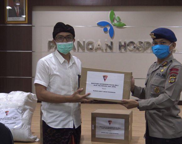 Brimob Polda Bali Serahkan APD untuk Rumah Sakit Umum Payangan