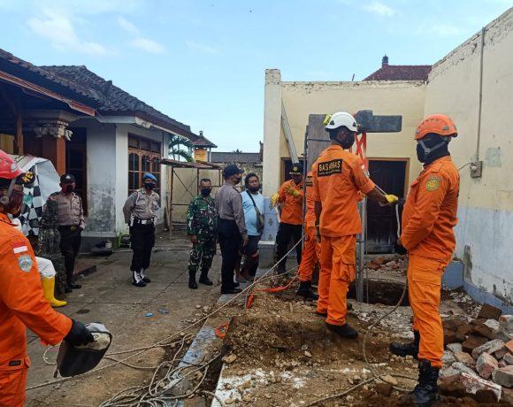 Tim SAR Evakuasi Korban yang Terjatuh ke Sumur
