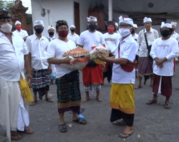 Meringankan beban Krama (Masyarakat) saat situasi sulit akibat Pandemi Covid-19 terus dilakukan Desa Adat di Bali tak terkecuali di Badung. Seperti yang dilakukan Desa Adat Pande Munggu Kecamatan Mengwi, dengan menggunakan Sisa Hasil Usaha (laba) LPD setempat, sebanyak 150 KK dan 31 orang Anggota Satgas Gotong royong Penanggulangan Covid -19 di Desa Adat tersebut diberikan paket sembako yang terdiri dari Beras,Telor hingga Minyak Goreng,(7/5) di Balai Banjar Pande Pemaron.