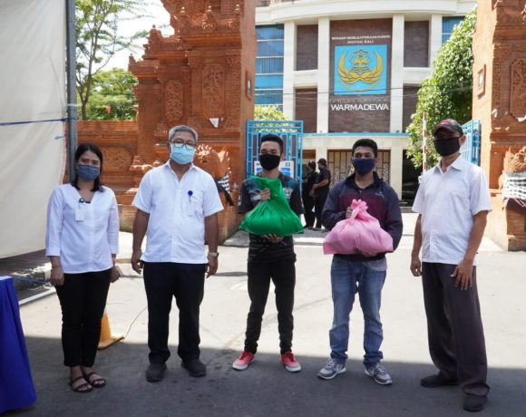 Unwar Berikan Paket Sembako kepada Mahasiswa kurang mampu saat pandemi Covid-19