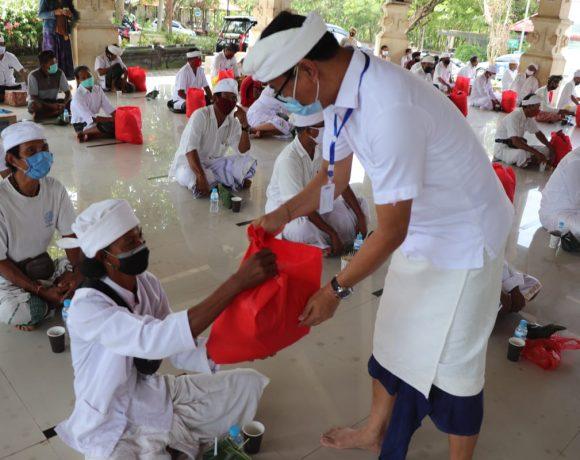 Desa Adat Pecatu Serahkan Bantuan Sembako kepada Pemangku, Ketut Suiasa Berpartisipasi 3 Ton Beras