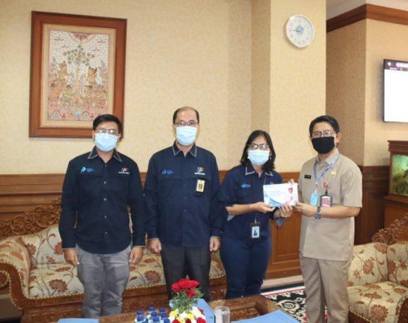 Sekda Adi Arnawa saat menerima Kepala BPS Kabupaten Badung Ni Putu Minarni didampingi Kasubag Data pada BPS Badung Yulianto di Ruang Kerja Sekda, Selasa (23/6).