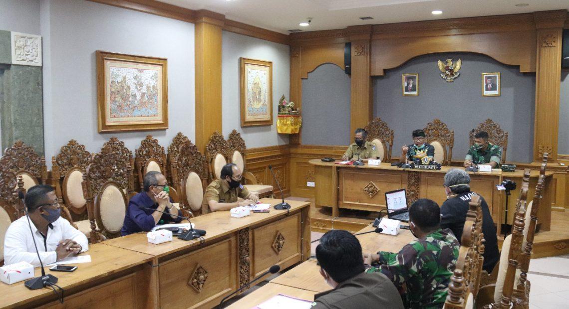Wabup Badung I Ketut Suiasa memimpin rapat tindak lanjut hasil monitoring tim verifikasi tempat ibadah di tengah pandemi Covid-19 Kabupaten Badung di Puspem Badung, Selasa (30/6).