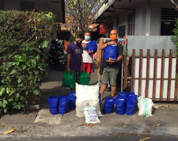 Desa Dangin Puri Kangin Serahkan Bantuan Sembako Warga Yang Isolasi Mandiri