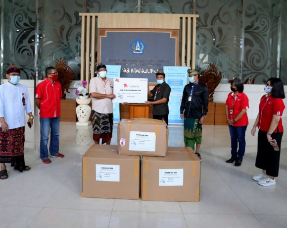 Wabup Suiasa disaat menerima bantuan 100 set APD dari Telkomsel di Posko Induk Gugus Tugas Gedung Command Center Puspem Badung, Kamis (16/7).