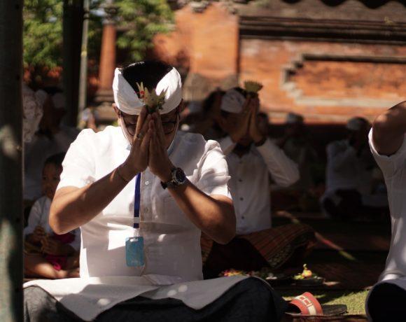 Khusuk, Persembahyangan Hari Raya Saraswati di Pura Lingga Bhuwana