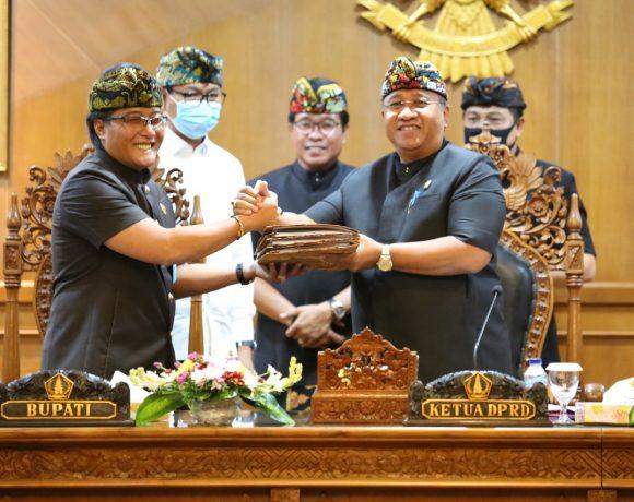 Bupati Giri Prasta didampingi Wabup Suiasa saat menyerahkan rancangan KUA PPAS Perubahan APBD Tahun 2020 kepada Ketua DPRD Putu Parwata dalam Rapat Paripurna DPRD Kabupaten Badung di Puspem Badung, Kamis (13/8).