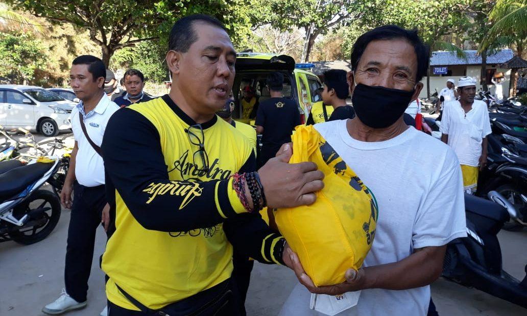 Parlemen Cycling bersama ACC SOKSI Bali, Sambil Gowes Gus Adhi Bagikan Sembako kepada Nelayan-kabarbalihits