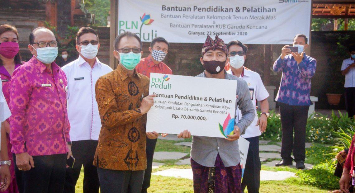 Bantu Masyarakat Hadapi Pandemi, PLN Bali Serahkan Bantuan di Gianyar