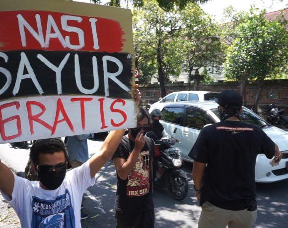 Simpatisan JRX Bagi Sayur, Nasi dan Masker Gratis di Depan PN Denpasar-kabarbalihits