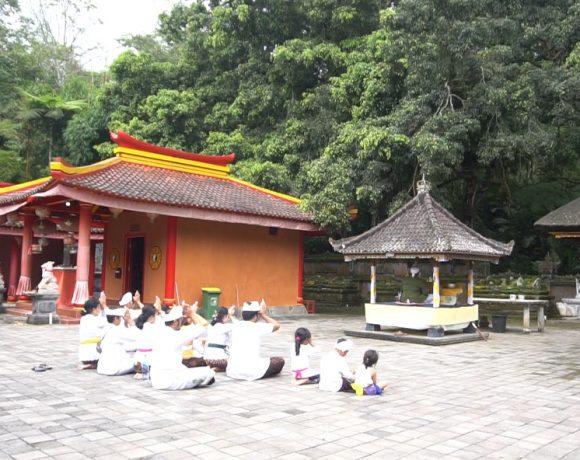 Pura Kahyangan Jagat Pucak Batumeringgit Simbol Keharmonisan Umat Hindu dan Budha.
