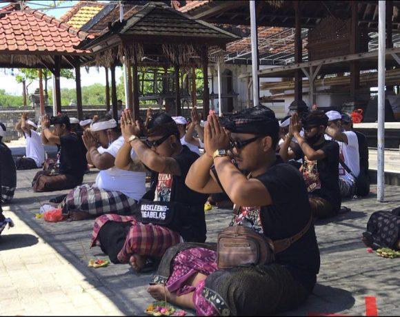 Mohon Restu Semesta, Keluarga Dan Simpatisan JRX Sembahyang ke Pura Dalem Sakenan