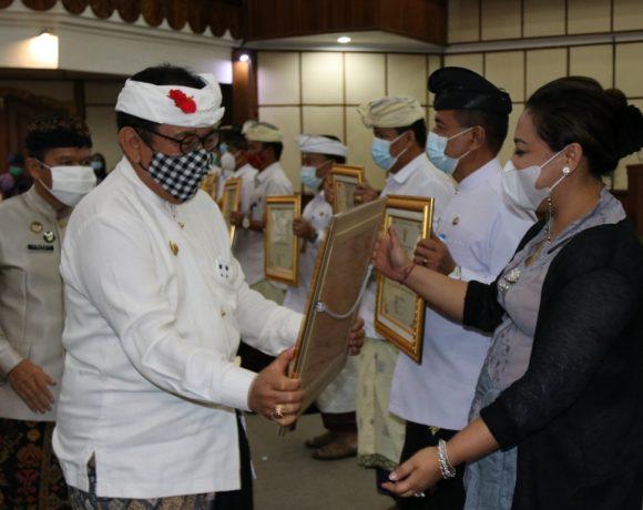 Hadiri Peringatan HAM Sedunia, Bupati Eka Dianugerahi Penghargaan Kabupaten/Kota Peduli HAM
