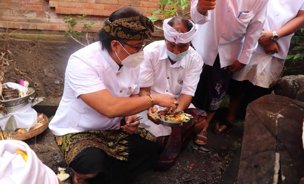Bupati Giri Prasta Hadiri Karya di Pura Dalem Desa Adat Angantiga Petang