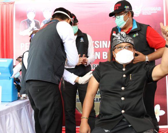 Pastikan Aman, Bupati Giri Prasta Pejabat Pertama Penerima Vaksin Covid-19 di Badung