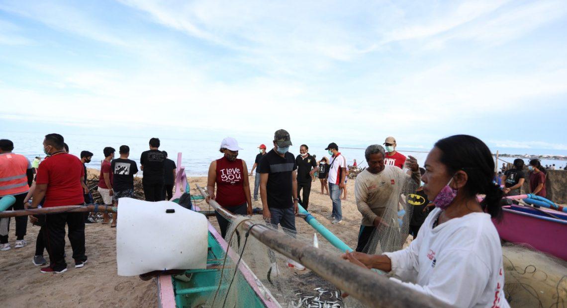 Pantau Bersih-Bersih Pantai di Jimbaran, Wabup Suiasa Turut Punguti Sampah di Pinggir Pantai