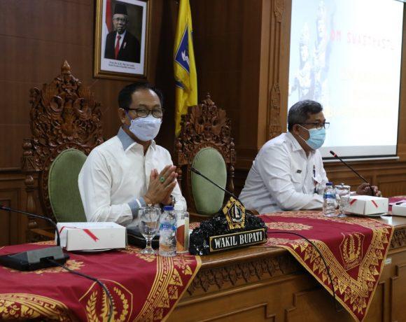 Wabup Suiasa saat memimpin Rapat Pengelolaan Aset Tanah Bangunan Puskesmas Kabupaten Badung di Puspem Badung, Rabu (10/2).