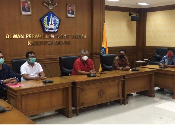 Beda Persepsi Model Pencoblosan di Pilkel, Masyarakat Desa Angantaka Temui Ketua DPRD Badung
