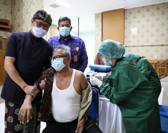 Wabup Suiasa Monitoring Pelaksanaan Vaksin Untuk Pegawai di Pemkab Badung