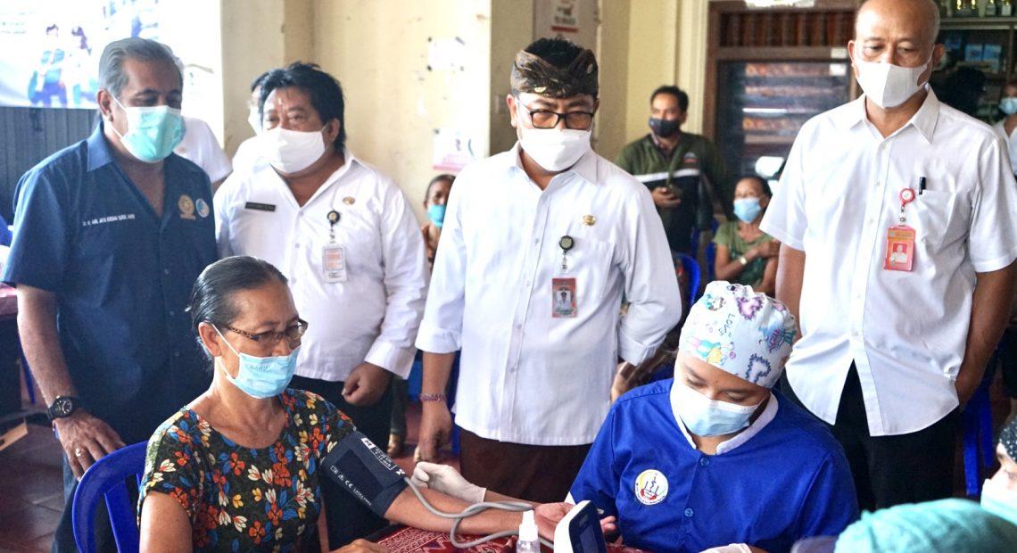 Percepat Cakupan Vaksin Lansia, Wawali Arya Wibawa Tinjau Vaksinasi Jemput Bola di Desa Dangin Puri Kaja