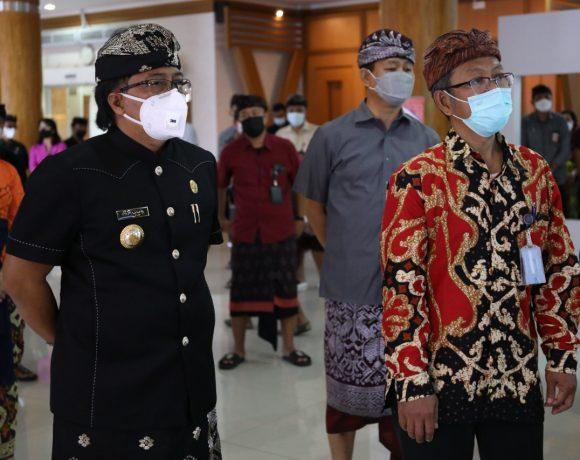 Bupati Giri Prasta bersama Wabup Suiasa dan Sekda Adi Arnawa saat mendampingi Tim Direktorat Koordinasi dan Supervisi Wilayah V KPK RI di MPP Puspem Badung, Kamis (29/4).