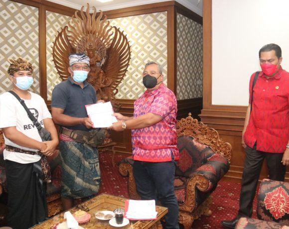 Wujudkan Kebersihan dan Keasrian Pura, Ketua DPRD Badung Serahkan Tong Sampah dan Mesin Cukur Rumput Ke Pura Sada Kapal