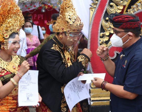 Bupati Sanjaya Serahkan Akta Perkawinan Launching Program Pelayanan Publik Semara Ratih Desa Tegal Mengkeb