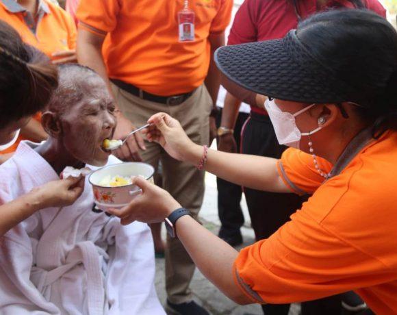 Ny. Rai Wahyuni Sanjaya menyerahkan Batuan Sosial di Tiga Wilayah Kecamatan Tabanan