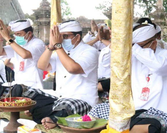 Bupati Sanjaya Ucap Syukur di Pura Luhur Muncak Sari dan Pura Luhur Dalem Purwa Kubontingguh