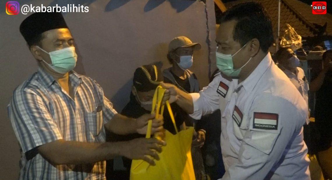 Pererat Silaturahmi, Wayan Suyasa Buka Puasa dan Serahkan Bantuan Sembako Ke Warga Muslim di Sempidi