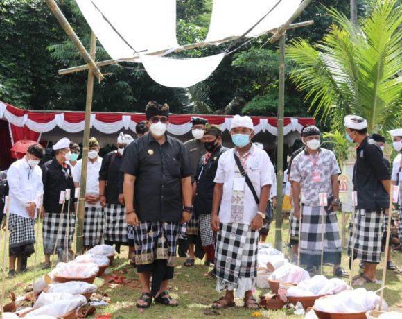 Hadiri Ngaben Megabung Banjar Manusmrtti-Dauh Pala, Bupati Sanjaya Apresiasi Semangat Gotong-royong Warga