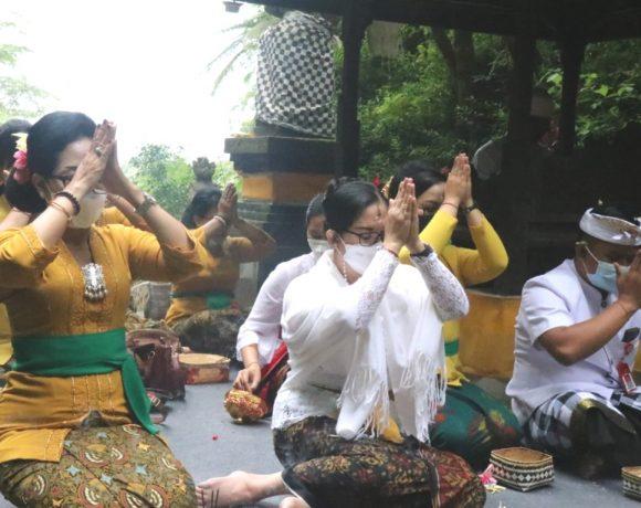 Ny. Rai Wahyuni Sanjaya Ajak WHDI Kabupaten Tabanan Wujud Syukur di Pura Batu Meringgit dan Pura Teratai Bang