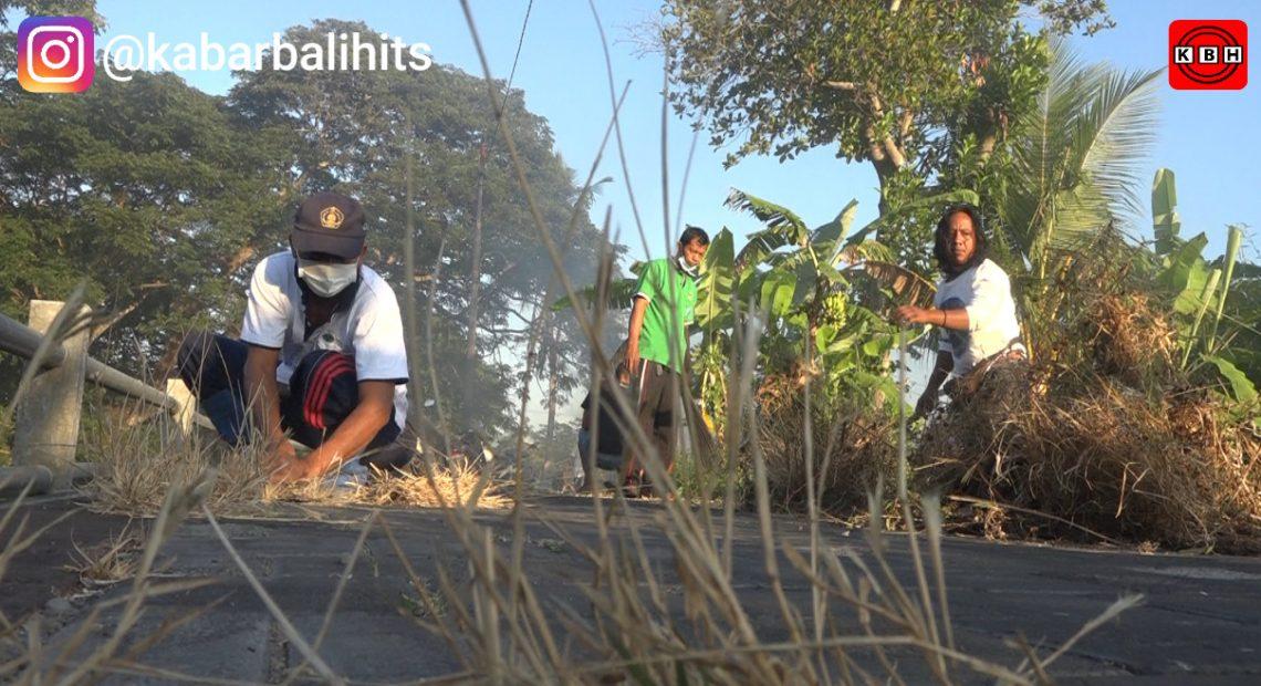 Sambut Hut Ke-11, Bankomdes Guwang Gelar Kegiatan Sosial Pembersihan Lingkungan Desa