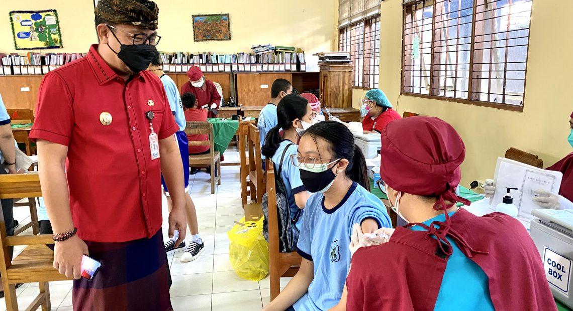 Percepat Vaksinasi Pada Remaja Wawali Arya Wibawa Tinjau Vaksinasi Di SMPN 7 Denpasar