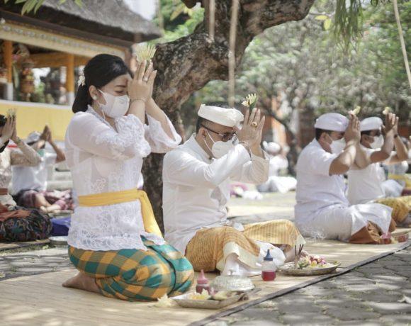 Prokes Ketat, Jaya Negara Hadiri Persembahyangan Saraswati di Pura Jagatnatha, Harapkan Sekolah Tatap Muka Bisa Segera Terialisasikan